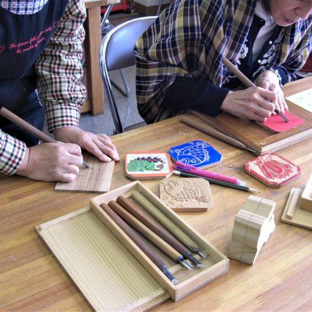 木彫刻体験(道の駅いなみ 木彫りの里創遊館)
