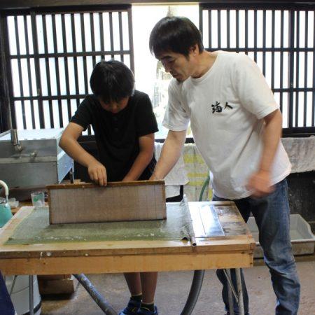 和紙すき体験(五箇山和紙漉き体験館)